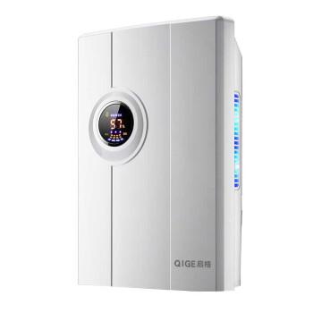 除湿機家庭用のリービン吸湿機が乾燥し、除湿器が設置されている小型部屋の地下室。